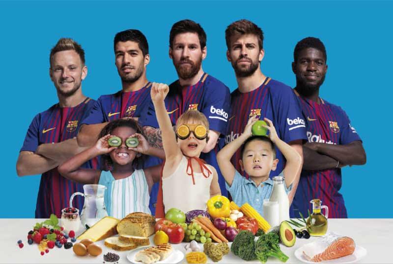 Jugadores del FC Barcelona promocionando una mejor alimentación de niños y adolescentes.