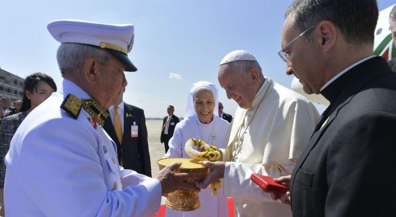 El Papa visita Tailandia y Japón pero tiene problemas en la Argentina