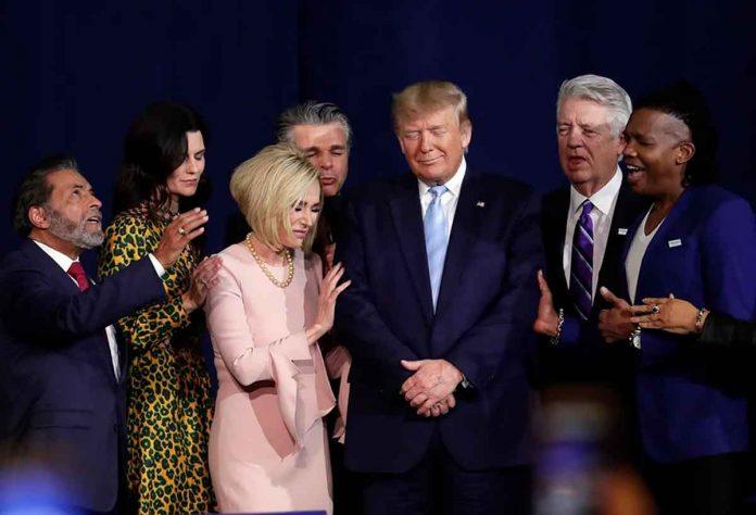 Líderes religiosos oram com o presidente Donald Trump